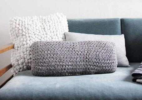 Modernes Kissen aus Textilgarn stricken mit dem Manhattan Strickset von Wooltwist