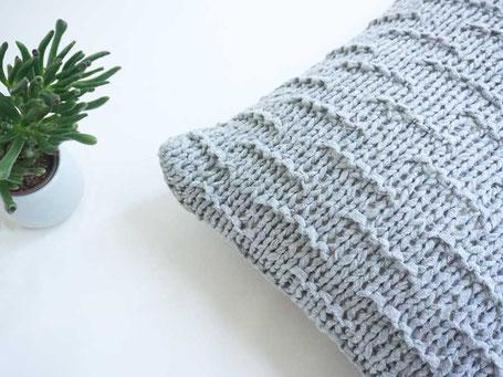 Kissen mit Textilgarn stricken : Carry Kissen von WOOLTWIST