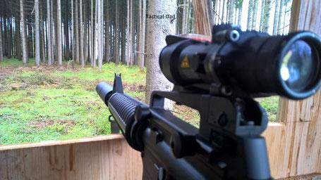 OA-15 Black Label mit Stalon Whisper Schalldämpfer und Trijicon ACOG. Die Waffe ist auch für die Jagd sehr gut, aber auf Waldbesucher wirkt so eine Waffe unpassend. Ich habe auf der Jagd meist Kipplaufwaffen dabei.