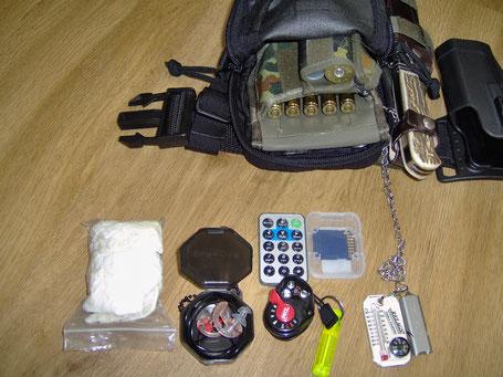 Der gesamte Inhalt: Munition für meine BBF, Gummihandschuhe, Sure-Fire Impulsgehörschutz, Petzl Lampe, Fernbedienung und SD-Karte für die Wildkamera, Kompass und Pfeife