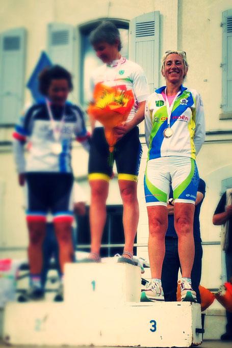 podium compétition vélo de course femme