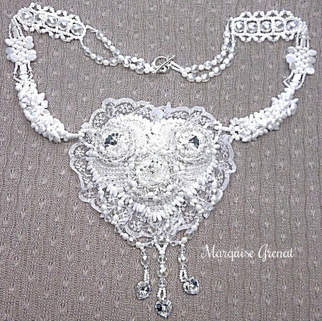 photo-collier-brode-tisse-mi-long-blanc-mariage-forme-coeur