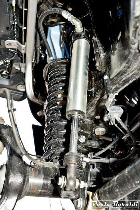 """Gli ammortizzatori anteriori sono dei Fox Factory Race Series Smooth Body da 2.5"""" con serbatoio esterno"""