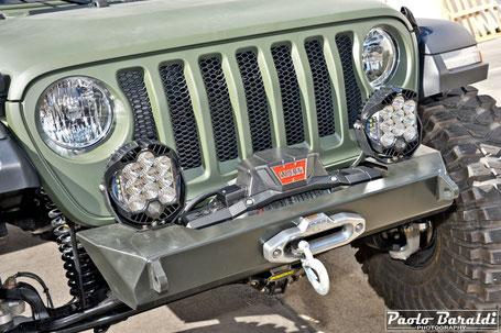 Il paraurti anteriore realizzato da EVO Manufacturing ospita il verricello Warn Zeon Platinum 10-S ed i fari a led della Baja Designs