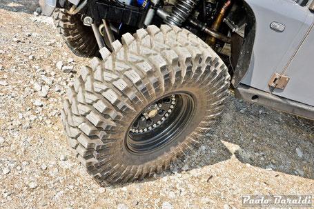 Gli pneumatici sono dei Maxxis Trepador da 37x12.50R16 montati su cerchi ART Motorsport Double Beadlock