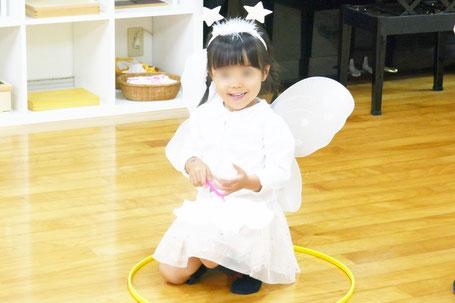 ハロウィンの仮装で、幼稚園児が天使に変身しました。
