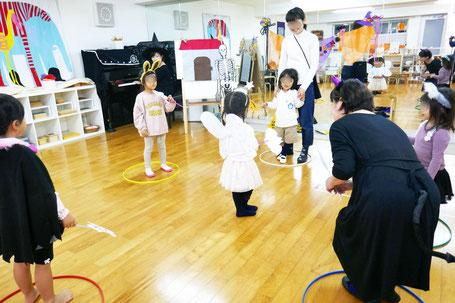 幼稚園児がモンテッソーリ活動で作成したプラカードで、リトミックの時間にフルーツバスケットを楽しんでいます。