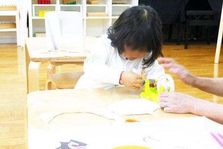 モンテッソーリ活動で、幼稚園児がリトミックのフルーツバスケットで使うプラカードをつくっています。