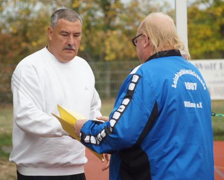 Altmeister und Veranstaltungsleiuter Walter Haas (Lf Villmar) gratuliert Hans-Jörg Schiele für dessen Erfolge.