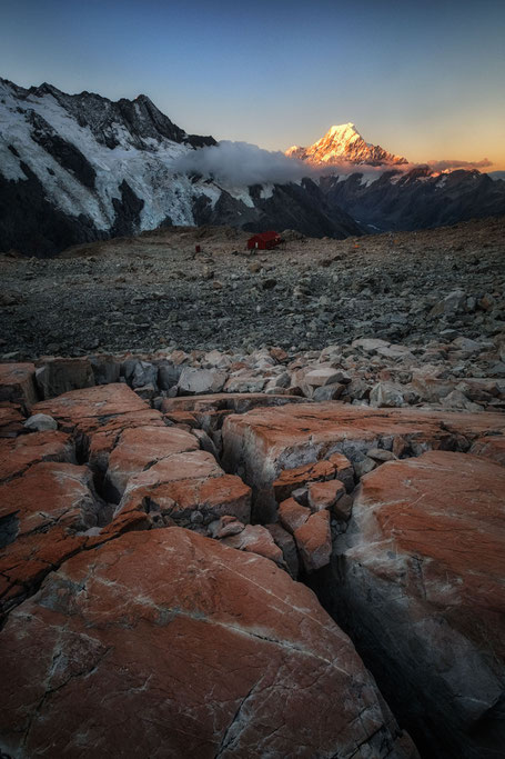 Mueller hut and Mount Cook at sunset. Guide to Mueller hut hike in New Zealand