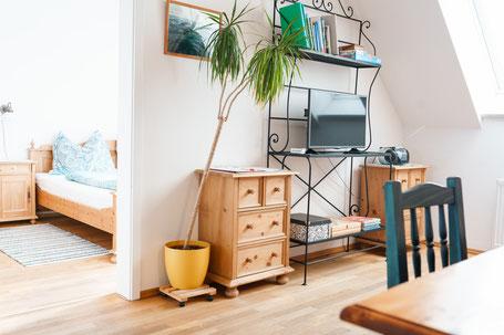 Wohnzimmer Weinland mit Blick ins Schlafzimmer