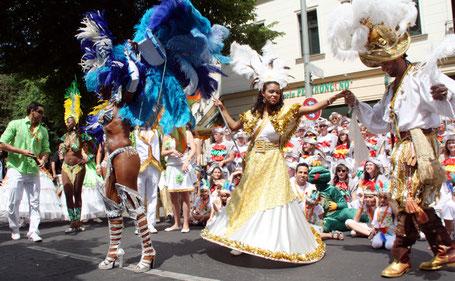 Prächtige Kostüme, lateinamerikanischer Tanz vor dem Start in Neukölln. Karneval der Kulturen. Foto: Helga Karl