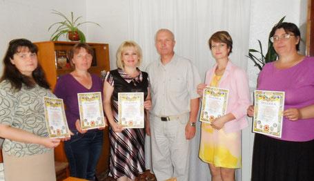 Голова Новоград-Волинської організації ветеранів вручає грамоти працівникам міської ЦБС за плідну співпрацю.