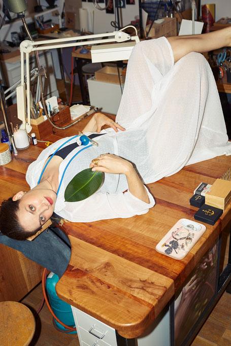 Fanny Krausz im Atelier STOSSIMHIMMEL, liegend auf einem Werktisch. Foto: Lukas Gaechter