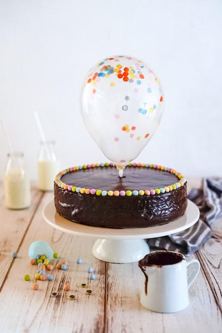 Die Sachertorte eignet sich auch perfekt als Geburtstagstorte. Hübsch dekoriert, oder auch einfach klassisch gehalten, egal wie: sie kommt immer gut an!