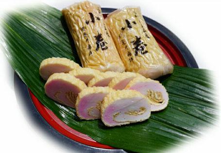 職人が油揚げを切り開き、宇和海で獲れた新鮮な魚を主原料にした蒲鉾の身を、一つ一つ手で巻いて作りました。
