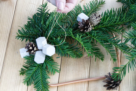 Attaching concrete and natural ornaments to the wreath base by PASiNGA decorating tutorial