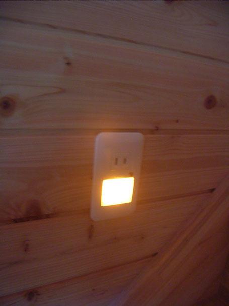 階段コンセント 暗くなると点灯します。
