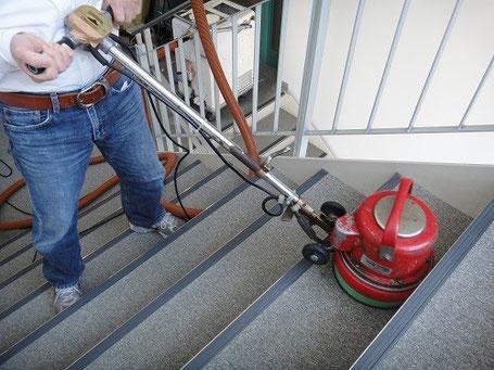 階段などの狭い範囲で役立つ、小さいブラシを搭載したポリッシャー