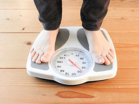 空腹時を避け、ゆっくり一緒に水分を飲みながら飲むと太りづらい