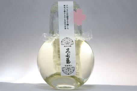 ボトルもお洒落で桜の花形金箔も入っている日本酒