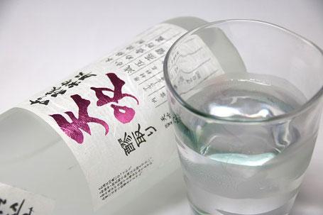 オン・ザ・ロックで飲むのがおすすめですが、お湯割りの場合は和の酒器で飲むと雰囲気が出る