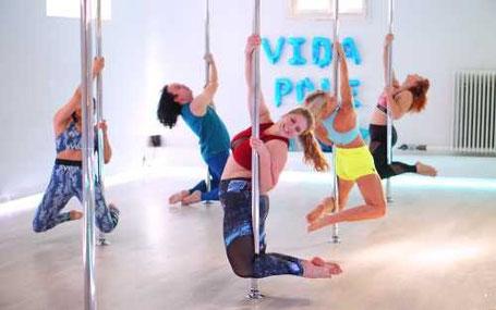Kvinnor kör poledancing