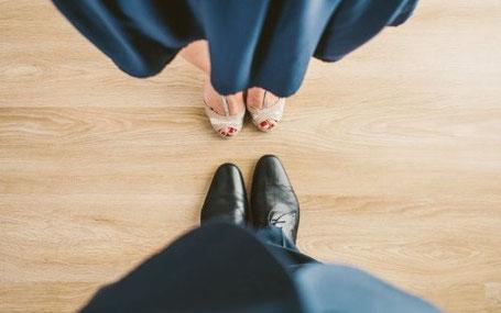 Fötter på kvinna och man vända mot varandra