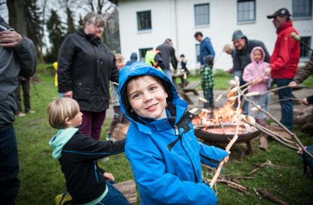 Kinder am Lagerfeuer vor der Jugendherberge
