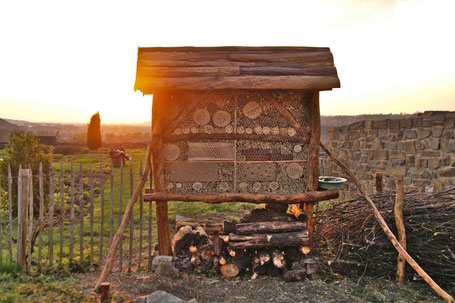 Das fertige Insektenhotel. (Foto: Roland Steinwarz)