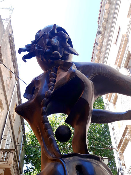 Памяти Ньютона - театр-музей Сальвадора Дали в Фигерасе