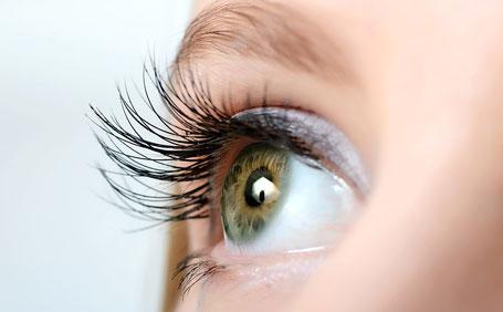 grüne Augen aufgeschlagen