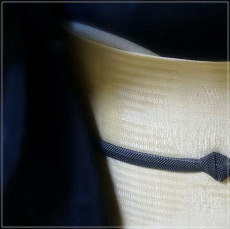 濃い藍色の越後上布のきものに白地の帯を合わせて、きりっとネイビーな取り合わせに。