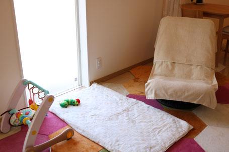 ねんね~寝返りの時期は無添加せっけんで洗いたてカバーのベビー布団、赤ちゃんプレイジムをご用意します。