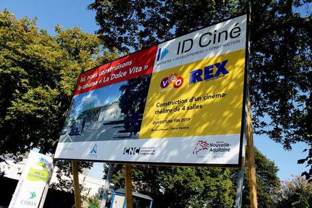 """La maquette du complexe culturel """"cinéma-théâtre"""" d'Andernos-les-Bains est présentée sur un panneau d'affichage installé route de Bordeaux. Photo M.M."""