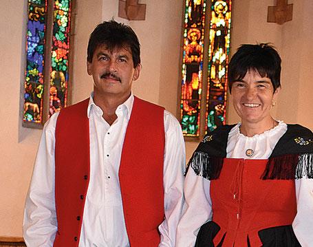 Das Jodelduett Andreas Heinz und Julia Brosi  werden von Berni Hunger an der Handorgel begleitet.
