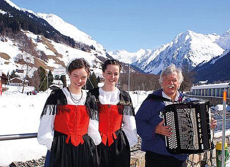 Das Jodelduett Patricia und Sonja werden von Walter Lippuner begleiet