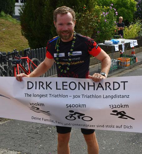 Der längste Triathlon der Welt: Dirk Leonhardt bei seinem Finish nach 45 Tagen
