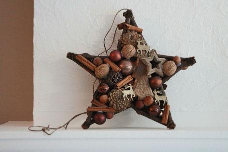Brauner Stern mit Nüssen - Glaskugeln - Zimstangen dekoriert.