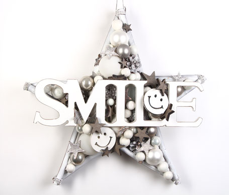 Weiße Wand Deko Stern mit SMILE Schild aus Holz und lustigen Smileys.