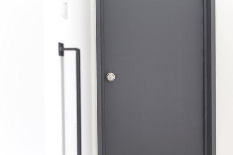 ローマングレーのドアの写真