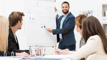Ausbildungsstelle bei der Roos GmbH – ein Ausbilder erklaert die Aufgaben