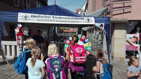 Das Glücksrad an unserem Info-Stand auf der Krambrücke zog am Weltkindertag viele Schülerinnen und Schüler an.