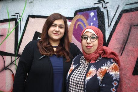 Helin Biccici und Najoua Benelouargua betreuen das Frauencafé im Genovevahof.