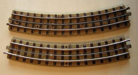 Unten das Gleis 3600 A 1/1 von 1935, 1 mm Mittelschiene, mittig außen die Bohrungen zur Verschraubung. Darüber das Gleis 3600 A 1/1 von 1937, 2 mm Mittelschiene und die Bohrungen an den Gleisenden innen, zwischen der 4. und 5. Schwelle.