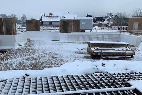 Blockhausbau im Winter - Baubeginn in Bayern - Streifenfundament - Baustelle bei Nürnberg - Grundstück - Holzhaus - Wohnhaus