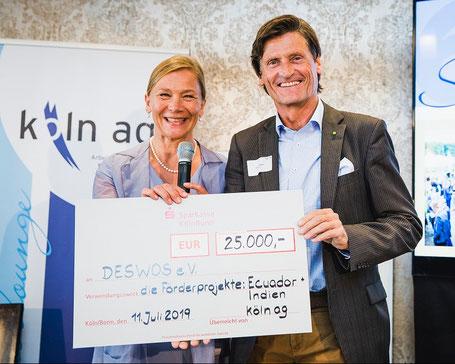Kathrin Möller, Vorsitzende der köln ag, überreichte den großzügigen Spendenscheck an Gerhard Müller. Foto: köln ag