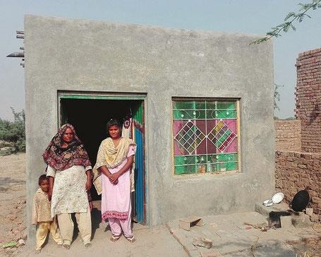 Die Familien im DESWOS-Projekt in Pakistan werden sich freuen: Mit dem Geldbetrag förderten Rolf Skopek und seine Kolleg_innen das Baumaterial für gleich mehrere neue Häuser.