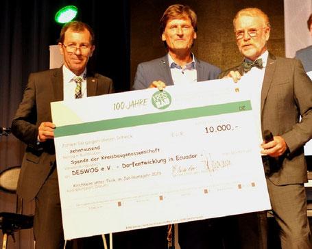 Gerhard Müller (Mitte) nimmt den Scheck – frisch unterschrieben von Vorständen Bernd Weiler und Georg Hörmann – entgegen.