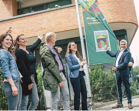 OSTLAND-Vorstand Andreas Wahl und sein Team zeigen Flagge, auch für die DESWOS.